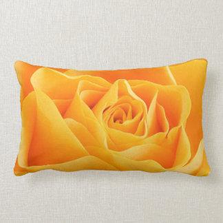 Color de rosa anaranjado floreciente almohadas