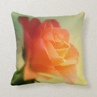 Color de rosa anaranjado hermoso cojín decorativo
