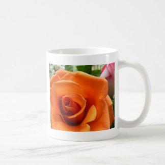 Color de rosa anaranjado taza básica blanca