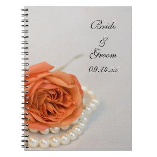 Color de rosa anaranjado y perlas que casan el cua libretas
