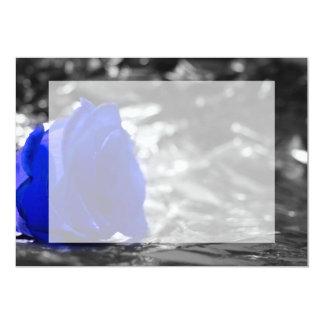 """Color de rosa azul en fondo de la plata del lado invitación 5"""" x 7"""""""
