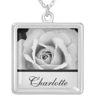 Color de rosa blanco y negro colgante cuadrado