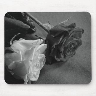 Color de rosa blanco y negro tapete de ratón