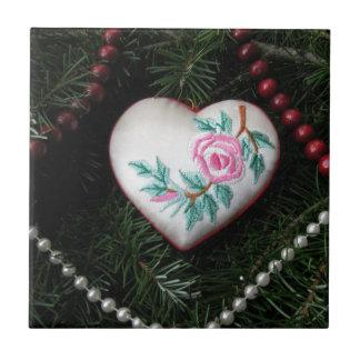 Color de rosa bordada en el ornamento del navidad teja cerámica