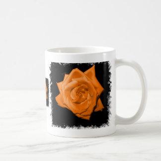 Color de rosa de color naranja contra la parte pos taza básica blanca