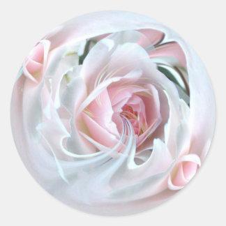 color de rosa delicado en el mármol 2 pegatina redonda