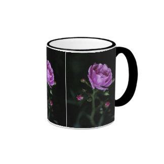 Color de rosa dramático taza de dos colores