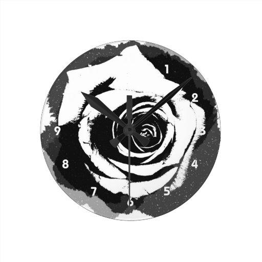 Color de rosa gráfico blanco y negro reloj redondo mediano