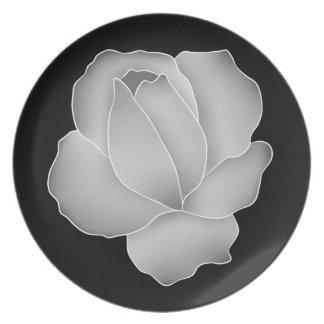 Color de rosa gris pálido bonito en negro plato de cena