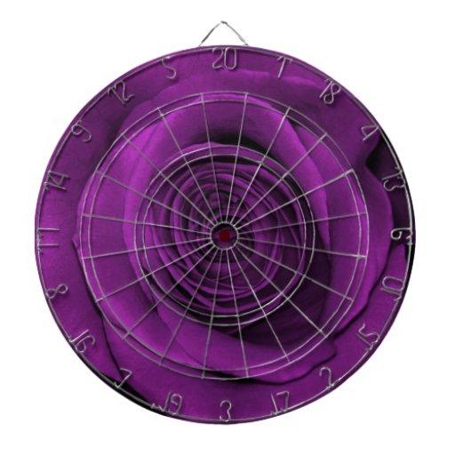 Color de rosa hermoso en púrpura tablero dardos