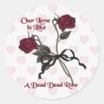 Color de rosa muerto - regalo anti de la tarjeta etiqueta redonda
