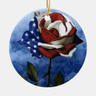 Color de rosa patriótico adorno navideño redondo de cerámica