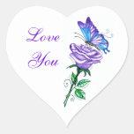 Color de rosa púrpura con la mariposa calcomania de corazon