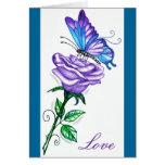 Color de rosa púrpura con la mariposa tarjeta
