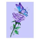 Color de rosa púrpura con la mariposa tarjetas postales