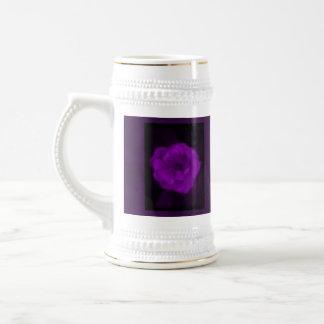 Color de rosa púrpura. Con púrpura negra y oscura Taza