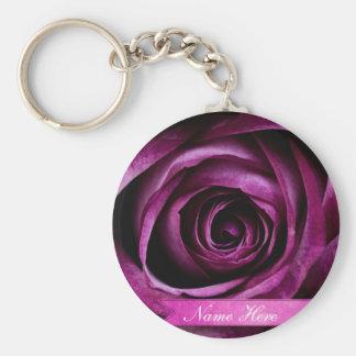 Color de rosa púrpura dramático elegante hermoso c llavero redondo tipo pin