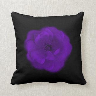 Color de rosa púrpura. Fondo negro Cojín