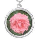 Color de rosa rosado bonito collar personalizado