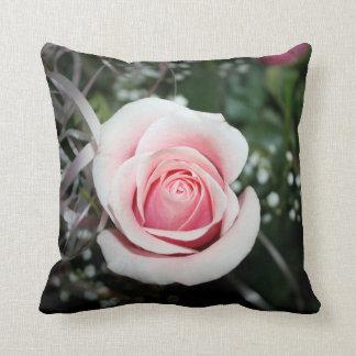 color de rosa rosado con cierre de la cinta encima cojines