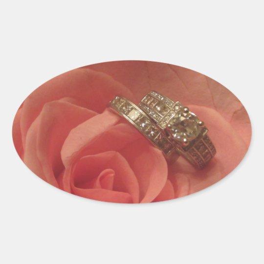 Color de rosa rosado con los anillos de bodas pegatina ovalada