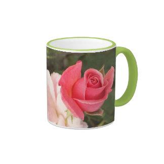 Color de rosa rosado de florecimiento taza de café