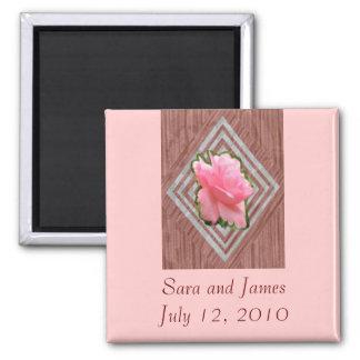 Color de rosa rosado en cordón imán cuadrado