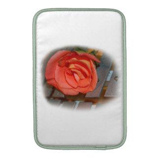Color de rosa rosado en el mazo Belces del metal Fundas MacBook