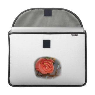 Color de rosa rosado en el mazo Belces del metal Fundas Para Macbook Pro