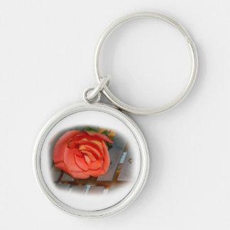 Color de rosa rosado en el mazo Belces del metal Llavero Redondo Plateado