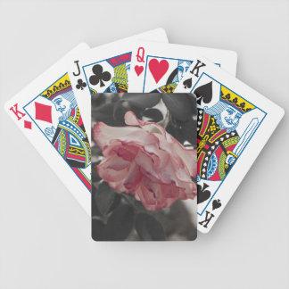 Color de rosa rosado en la foto blanco y negro del baraja de cartas