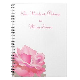 Color de rosa rosado lindo en la plena floración - libros de apuntes