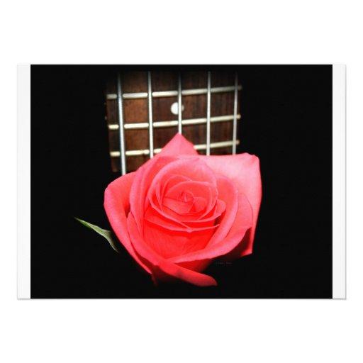 Color de rosa rosado rojo contra fretboard del baj invitación personalizada