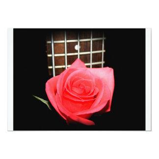 """Color de rosa rosado rojo contra tablero del invitación 5"""" x 7"""""""