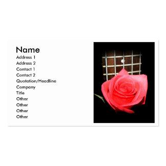 Color de rosa rosado rojo contra tablero del tarjetas de visita