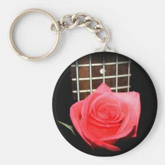 Color de rosa rosado rojo contra tablero del trast llaveros personalizados