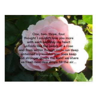 Color de rosa rosado suave con verso romántico postal