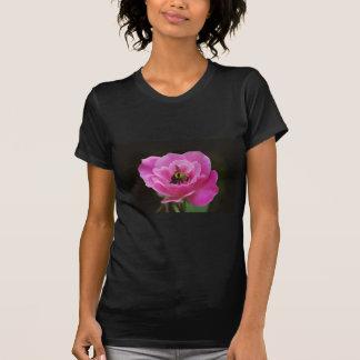 Color de rosa rosados y manosean la abeja camiseta