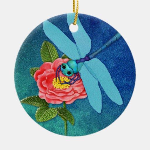 Color de rosa salvaje y libélula ornatos