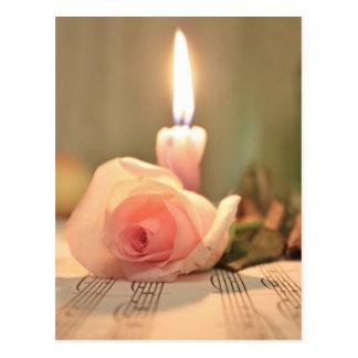 Color de rosa tratamiento-rosado y vela de la postal