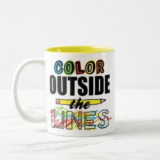 Color fuera de las líneas taza de dos tonos