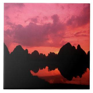 Color hermoso en la puesta del sol de las montañas azulejo cuadrado grande