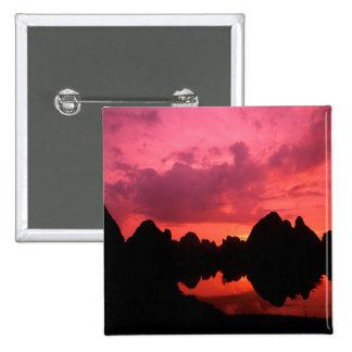 Color hermoso en la puesta del sol de las montañas pin cuadrado
