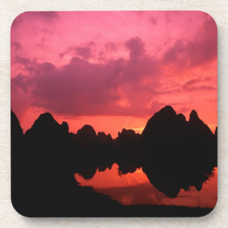 Color hermoso en la puesta del sol de las montañas posavasos de bebidas