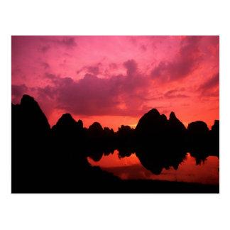 Color hermoso en la puesta del sol de las montañas postales