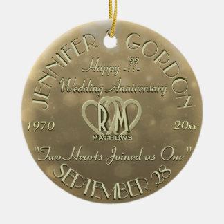 Color oro del aniversario del monograma del boda adorno navideño redondo de cerámica
