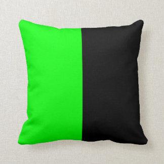 Color partido del negro y del verde de neón cojines