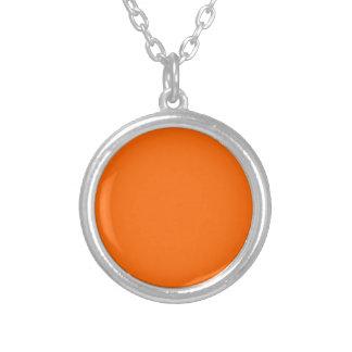 Color sólido anaranjado collar plateado