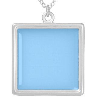 Color sólido: Azul de cielo Collar Plateado