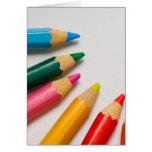 Coloree los lápices en un pedazo de Libro Blanco Tarjetas